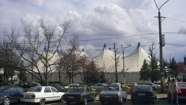 """<div align=""""justify""""> Hidoasa construcţie provizorie din centrul Sibiului, te duce cu gândul la orice, numai la o capitală culturală, demnă de Europa, nu! Acest cort, cu turnuleţele sale strâmbe, poate fi: bivuacul sultanului din campaniile împotriva românilor, pe care l-am văzut de atâtea ori în filmele lui Sergiu Nicolaescu, reşedinţa """"regelui"""" Cioabă, fiindcă supuşii săi aparţin unui popor nomad, care chiar a locuit în astfel de """"palate"""" sau, ceea ce de fapt şi este, un banal cort de circ.</div>"""