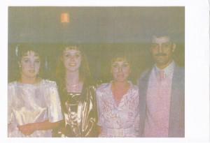 Diane şi Roger Lalande, cei doi canadieni care vânau copii pentru adopţii în România, împreună cu cele două fete ale lor. Cei doi aveau copii, aşa că pentru ce la mai trebuia şi alţii, dacă nu nu pentru afaceri ticăloase?