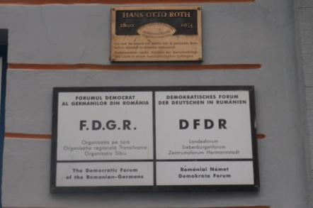 """<p style=""""text-align: left;""""><em><strong>Gest provocator fără precedent în Uniunea Europeană</strong></em></p> <p><em>În data de 27 februarie 2007, Hans Klein (preot evanghelic şi consilier local), în calitatea sa de preşedinte al organizaţiei municipiului Sibiu a Forumului Democrat al Germanilor din România (F.D.G.R.), a depus la Judecătoria Sibiu o Cerere de chemare în judecată împotriva municipiului Sibiu reprezentat de primarul Klaus Iohannis (şeful lui Klein în F.D.G.R., Iohannis fiind preşedintele organizaţiei la nivel naţional!) şi Consiliului Local Sibiu, unde F.D.G.R. avea majoritate absolută la acea dată, 16 consilieri (printre care şi """"petentul"""" Hans Klein) din totalul de 23. Iată ce cerea Hans Klein în acţiunea civilă depusă la Judecătoria Sibiu: </em><em><strong>""""Vă rugăm să constataţi calitatea de succesor în drepturi al organizaţiei noastre faţă de Grupul Etnic German (Deutsche Volksgruppe)""""</strong>, adică, să priceapă toată lumea, </em><em><strong><span style=""""text-decoration: underline;"""">recunoaşterea în mod oficial, fără echivoc, a continuării doctrinei naziste pe care o promova Grupul Etnic German</span></strong> pe întregul continent european, înaintea şi pe parcursul desfăşurării celui de al Doilea Război Mondial (facsimil 1: acţiunea civilă depusă la Judecătoria Sibiu în 27 februarie 2007).</em><em> </em>"""