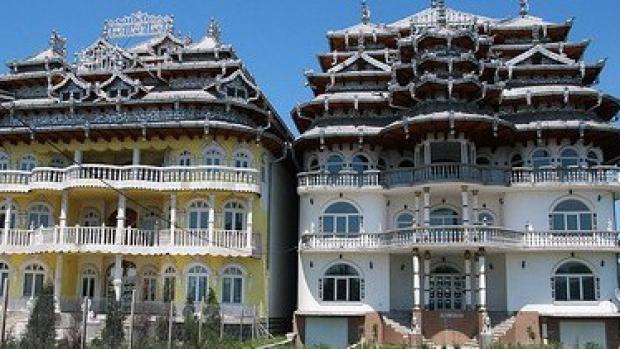 <p>VerticalNews a alcătuit topul celor mai înstăriți 50 de țigani din România. Pentru a calcula averile acestora am luat în calcul activitatea economică înregistrată la ReCom, valoarea afacerilor, dar mai ales ceea ce au declarat ei înșiși, plus ceea ce au afișat în spațiul public: aurul și bijuteriile, palatele și alte locuințe, terenurile și mașinile.