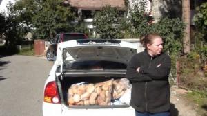 Aceasta este Eva Apolţan, impostoarea care înşeală iubitorii de câini pe Facebook, sub numele de Daria Apolţan. Fotografia a fost realizata în data de 8 octombrie 2013 în comuna Şugag, judeţul Alba. În spatele escroacei se află portbagajul maşinii care a transportat ajutoarele compuse din 100 de kg hrană uscată în saci şi doi saci de pâine pentru 64 de câini, care nu există, aşa cum s-a dovedit la faţa locului!