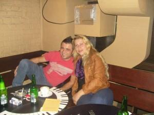 Alexandra Sarău şi Mihai Grigorie, fost hingher, actualmente cerşetor pe Facebook pentru câinii aflaţi în adăpostul Pallady, unde a activat ca hingher. Suplimentar mai face un ban ca şofer pe o dubă de transportat animale în Europa. Este şi student la medicină veterinară.