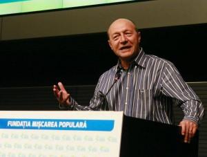"""In ce-i imbracat Basescu, zeghe sau pijama de firma? Constitutia, pe care o tot invoca el, nu spune clar ca presedintele Romaniei nu are voie sa se implice politic in favoarea partidelor? Textul cu """"Fundaţia"""" Miscarea Populara este pentru naivi!"""