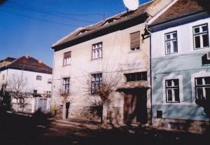 Pedagogilor, nr. 14. Un apartament de aici a fost cumpărat ieftin de la stat de către chiriaşul Klaus Iohannis prin fals în declaraţii! Acesta a declarat în scris că nu mai are altă locuinţă în proprietate, deşi avea casa de pe str. Bâlea, achiziţionată în anul 1992.