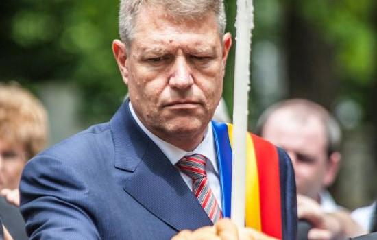 De când a intrat în campania electorală, Klaus Iohannis afișează tricolorul românesc la reverul hainei și ține mîna dreaptă la...