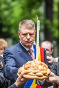 Klaus Iohannis agitând colacul cu fățărnicie, în anul electoral 2014, cu gândul la fotoliul de preșdinte.