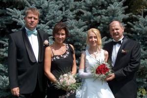 Nașul Klaus Iohannis și finul Andreas Huber cu soțiile. Culmea ironiei sau a mesajului subliminal, fotografia este printre brazi!