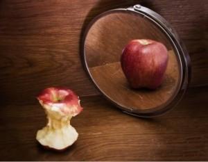 Oglindă, oglinjoră, cine-i cea mai frumoasă poamă din tară?