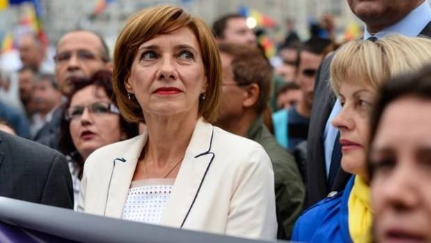 Două poze postate pe pagina Primei Doamne a României, mă refer la Carmen Iohannis, m-au făcut să mă […]