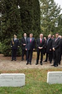 """Klaus Iohannis: """"Am resimțit astăzi o puternică emoție mergând să mă reculeg, alături de Președintele Republicii Slovace, Andrej Kiska, la Cimitirul Militar Român din Zvolen, unde 11.000 dintre eroii neamului românesc și-au găsit somnul de veci."""" Alo, domnule ipocrit, cine i-a ucis pe românii aceia? Nu cumva nemții lu' matale?"""