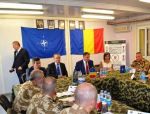 """Priviti poza cu atentie! Pe perete o să observați tabloul tovarășului Nicolae Ceaușescu ca pe vremuri. Pardon, este tovarășul Klaus Iohannis. Sub tablou tot el, în carne și oase, cu """"Leana"""" lui din dotare."""