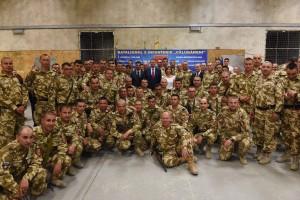 Mercenari bătrâiori într-un teritoriu cotropit. România nu a avut război cu Afganistanul și în afară de a ne atrage ura tuturor băștinasilor, nu-i vorba doar de talibani, nu rezolvăm nimic acolo. Americanii cu resursele naturale, cuprul, cobaltul, wolframul și altele, noi cu blestemele.