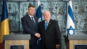Klaus Iohannis și președintele Israelului, Reuven Rivlin. O strângere de mână, o sugestie privind cravatele care trebuiesc purtate, un gheșeft cu despăgubiri pentru holocaust...