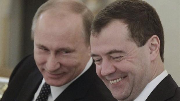 Putin cu Medvedev : – Bombardăm România? – S-o bombardăm naibii, domnule președinte. Cu ce să-ncepem? – Păi, Mitea, […]