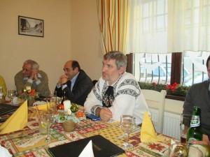 """Vilhlem (Willy) Schuster, Sabin Gherman şi Mircea Dăian pun ţara la cale, adică dezmembrarea ei, la restaurantul """"Hermania"""" din Sibiu."""