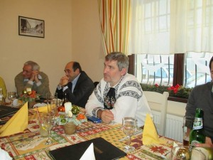 """Willy Schuster, Sabin Gherman şi Mircea Dăian pun ţara la cale, adică dezmembrarea ei, la restaurantul """"Hermania"""" din Sibiu."""