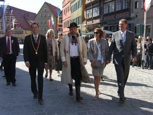 Paul Jürgen Porr (finul lui Iohannis, lăsat la şefia FDGR când naşul a virat spre PNL), Christoph Hammer (primarul din Dinkelsbuhl), Bernd Fabritius în costum săsesc (parlamentar şi preşedintele saşilor din Germania), Carmen Georgeta Iohannis (soţia primarului sibian) şi Klaus Iohannis.