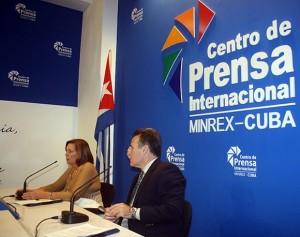 Josefina Vidal, director general pe relația Statele Unite din Ministerul de Externe al Cubei și Gustavo Machin, sub-director pentru SUA în Ministerul de Externe cubanez, la conferința de presă.