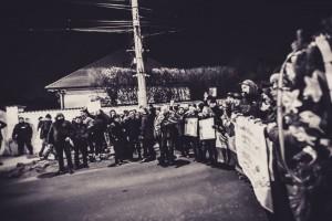 Manifestanții în fața casei lui Iohannis, unde spunea Rareș Bogdan că înlăcrimata doamnă Iohannis saluata din geam. Mințea manipulator fiindcă nici nu se văd geamurtile din stradă!