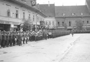 În Al Doile Război Mondial, Sibiul era stat în stat. Tricolorul românesc nu era arborat, în scimb steagurile cu zvastica fascistă erau la mare cinste. În fotografie Piața Mare din Sibiu. Clădirea cu balconul flancat de stegurile cu zvastică este actualul sediu al FDGR, imobil însușit și el în condiții dubioase după evenimentele din decembrie 1989.