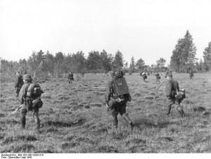 Militari din cadrul diviziei Floryan Geyer, compusă preponderent din etnici germani din România, intr-un raid anti-partizani pe Frontul de Est 1944. Această unitate a comis cele mai mari atrocități împotriva populației civile din Ucraina și Bielorus.