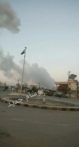 Fumul de deasupra aerobazei, fotografiat din orașul Homs.