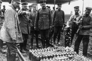 Fritz Haber la Ypers, indicând soldaților cum să lucreze cu ucigătorul clor lichid