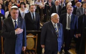 Președintele României cu kipa pe creștet și executând gestul obedienței masonice, interpretat de ignoranți ca un gest patriotic.