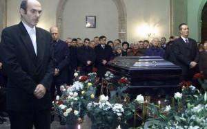 Cristian Tudor Popescu, Bogdan Chirieac și Adrian Ursu la sicriul șefului de clan, Dumitru Tinu, decedat în condiții misterioase.