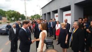 """Vizită oficială la Sibiu, 17.062017. Soția președintelui României dă mâna cu """"soția"""" premierului luxemburghez. În cinstea înalților oaspeți, Klaus și-a vopsit proaspăt părul din creștet într-o nuanță blond-deschis."""