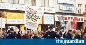 Londra 1971: Asociațiile feministe în stradă, alături de homosexuali, deveniți aliați de conjunctură.