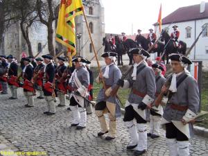 """Mircea Hava, primarul din Alba Iulia, scoate zilnic la defilare o """"gardă imperială"""" formată din figuranți îmbrăcați în uniforme militare habsburgice. Astfel  îi venerează pe cei care i-au ucis în chinuri pe Horea și Cloșca chiar acolo, la Alba Iulia, îmbrăcați cu aceleași uniforme."""