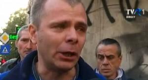 Mălin Bot plânge și locotenentul său, Sandu Matei (în spate, cu cercel în ureche) este vizibil speriat în fața unor bărbați adevărați. Sandu Matei este viteaz doar cu bătrâni de peste 70 de ani, pe care îi lovește din spate cu boxul!