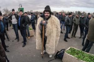 Matei Bărbulescu îmbracat în cioban la protestul ciobanilor… aceeasi stratagemă ieftină.