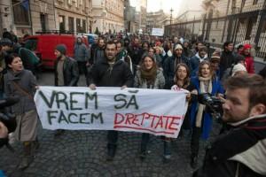 Autoarea articolului, Timea Hont, în strada protestând, ultima din stânga.