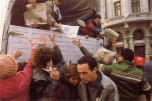 Presa scrisă se distribuia din camion în timpul evenimentelor din decembrie 1989.