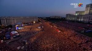 Concert Robbie Williams in Piata Constitutiei in 2015, la care au participat peste 60.000 de persoane. Comparati imaginile cu cele din seara de 20 ian, cand Digi24 si HotNews sustin ca au fost peste 60.000 de persoane.