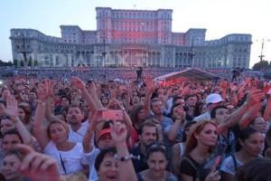 Inghesuiala de la concertul Robbie Williams din Piata Constitutiei in 2015, la care au participat peste 60.000 de persoane.