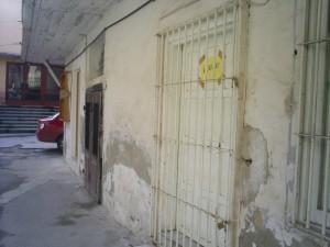 """Aceasta a fost biblioteca """"Biblion"""", care s-a degradat după ce a transformat-o Iohannis în WC public. Aici era ușa de intrare, a doua ușă duce în pivnița locatarilor de le etaj, cei care tocmai au câștigat definitiv și irevocabil procesul cu proprietarii impostori Iohannis, iar a treia – de lângă rafturile de pe perete – a fost făcută de Iohannis ca să dea direct în toaletă."""