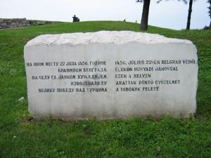 Cetatea belgrădeană Kalemegdan, piatra pe care scrie în limba sârbă și în maghiară că Janko Sibinjanin / Hunyadi János a învins oastea otomană în anul 1456.