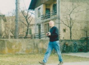 Braune face ceea ce a fost învățat: fotografiază obiective. De data aceasta sunt casele pe care a pus ochii și urmează să-și pună și labele.