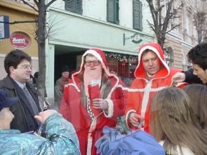 """Klaus Iohannis, primar al Sibiului și James Rosapepe, ambasador SUA, cu """"cai troieni"""" în sacul lui Moș Crăciun, pregăteau terenul pentru viitoarea ocuparea a """"cetății""""."""
