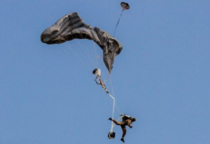 Chingile parașutei se mai pot și încurca! Precum în fotografie.