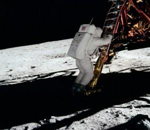 În pozele făcute în diferite locuri, costumele astronauţilor apar luminoase şi clare chiar dacă se află în umbră.