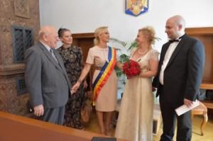 Primărița Bucureștilor, pro-israelita Gabriela Firea alături de Aurel Vainer (preşedintele Federației Comunităților Evreiești din România - FCER), oficiază cu mare cinste căsătoria lui Silviu Vaxler cu actrița Geni Brenda, de la Teatrul Evreiesc de Stat.