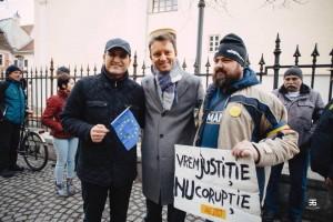 Siegfried Mureșan, participant la protestele de lângă sediul PSD din Sibiu.