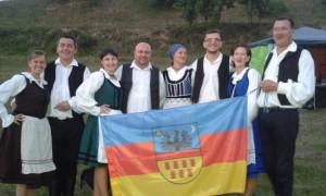 """Sași din județul Sibiu cu așa-zisul steag al Transilvaniei """"independente""""."""