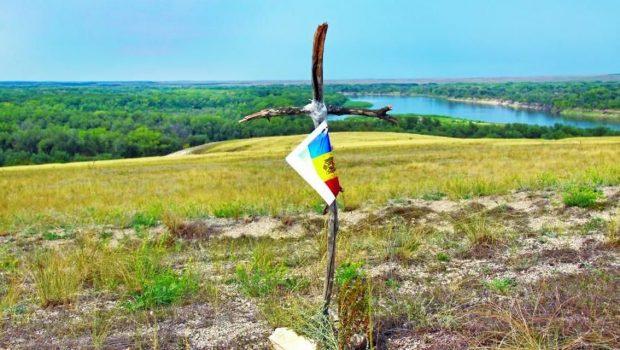 Am amintit într-un articol precedent (http://www.justitiarul.ro/despre-patriotismul-asa-zisei-case-regale/) despre prima cruce, improvizată în vara anului 2012 din două crăci uscate, de […]