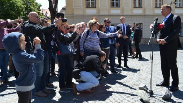 Nu știm cine a avut ideea caraghioasă ca Iohannis Klaus Werner, sosit la Sibiu grație navetei sale săptămânale pe […]
