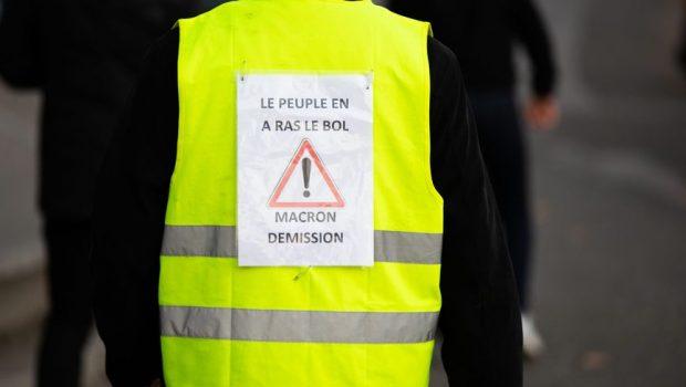 """A nu se confunda demonstraţiile francezilor reprezentaţi de """"Gilets jaunes"""" (""""Vestele galbene"""") cu anarhismul hoardelor #rezist din Piaţa Victoriei. […]"""